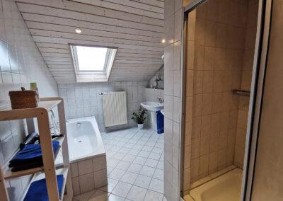 Badezimmer mit Dusche und Wanne   FeWo Schartner Eggstätt